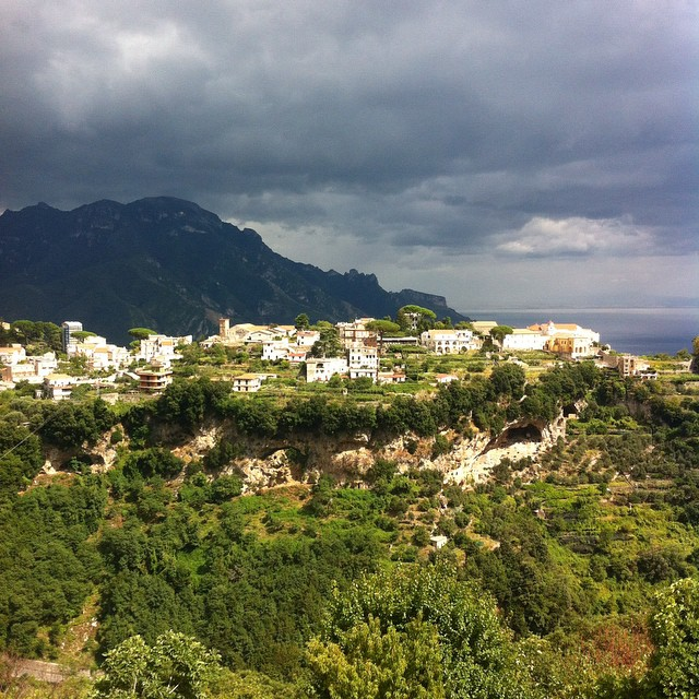 Bright buildings, dark sky. #ravello  #AmalfiCoast #stormysky #italy