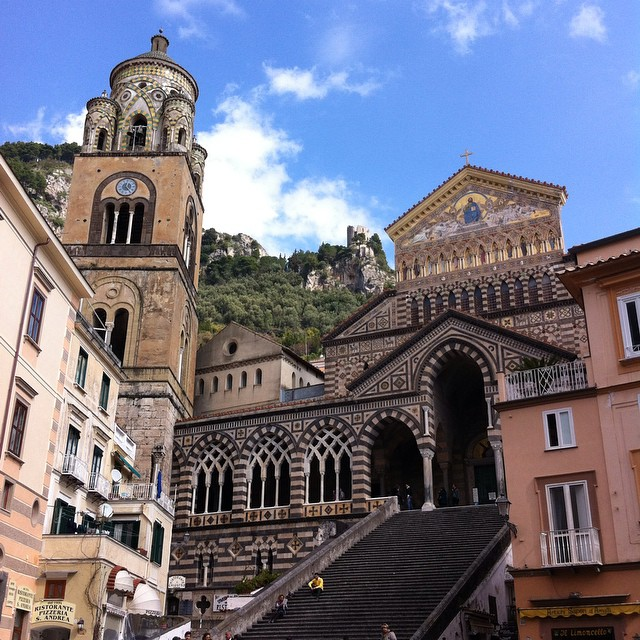 Blue sky and sunshine in #Amalfi for the first day of March. Can you spot the Torre dello Ziro watchtower? #amalficoast #piazzalife #italy